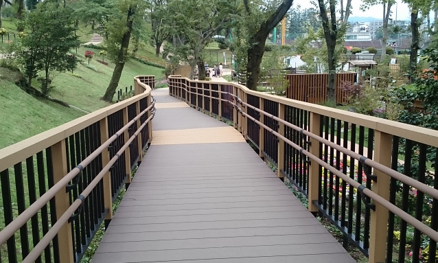 City park type slope deck (adopted for wheelchairs)